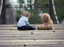 Der Junge mit dem Bär
